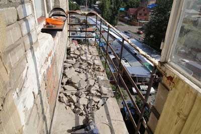 Демонтаж обшивки балкона