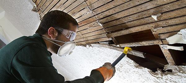 Демонтаж деревянного потолка