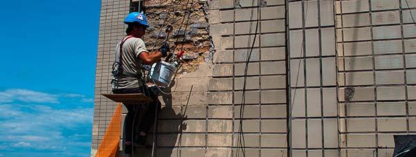 Демонтаж плитки с фасада здания