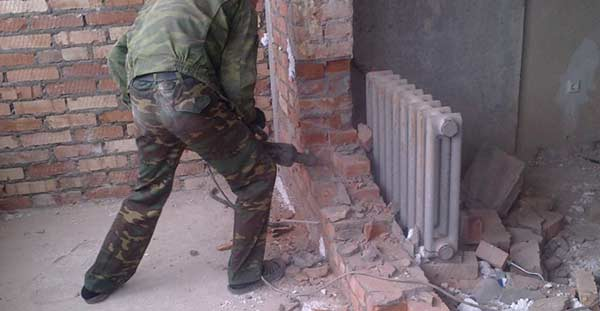 Демонтаж балконной перегородки