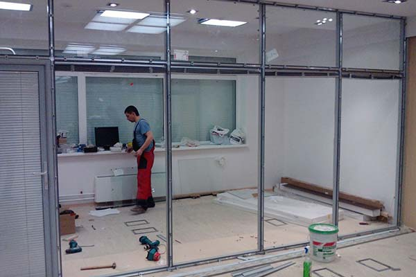 Демонтаж стеклянных перегородок