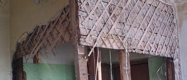 Демонтаж деревянных перегородок
